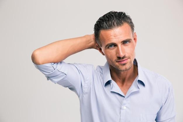 Retrato de um jovem empresário confiante em pé na camisa isolada. olhando para a câmera