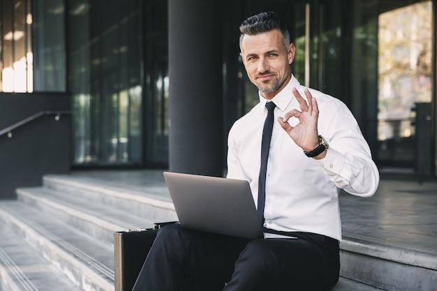 Retrato de um jovem empresário confiante