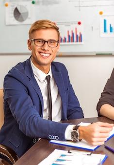 Retrato de um jovem empresário em uma conferência no escritório.