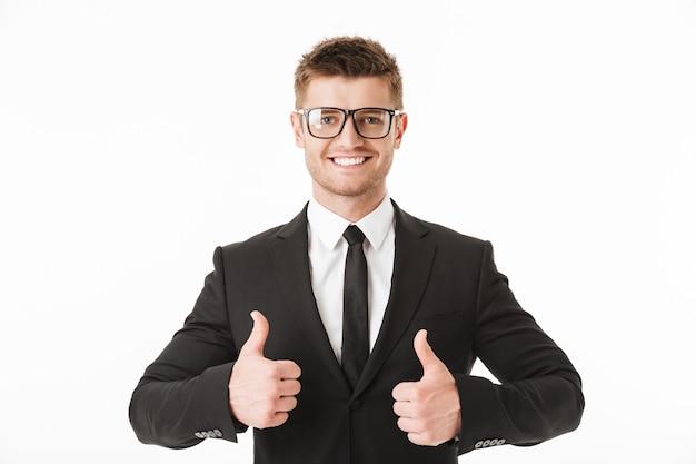Retrato de um jovem empresário feliz de terno