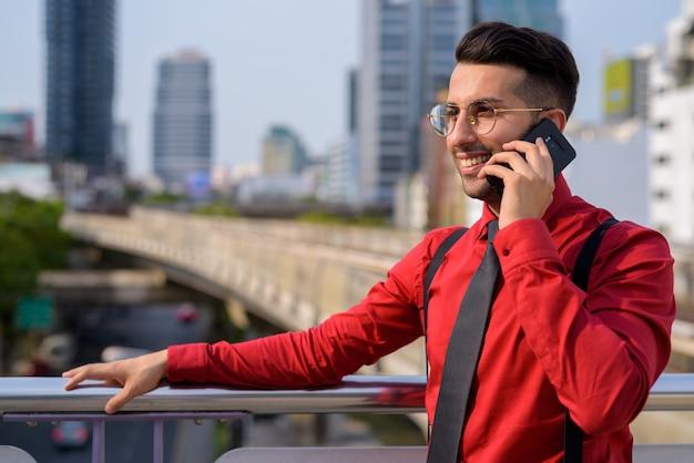 Retrato de um jovem empresário persa explorando a cidade de bangkok, na tailândia