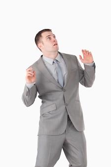 Retrato de um jovem empresário surpreso