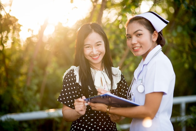 Retrato, de, um, jovem, enfermeira, desgastar, um, chapéu branco