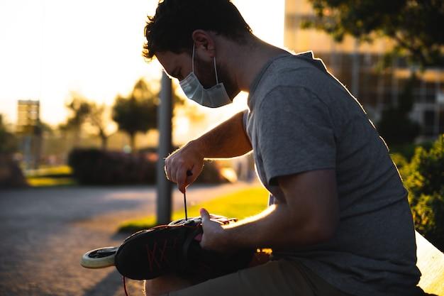 Retrato de um jovem espanhol consertando seus patins