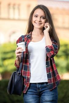 Retrato de um jovem estudante com café.