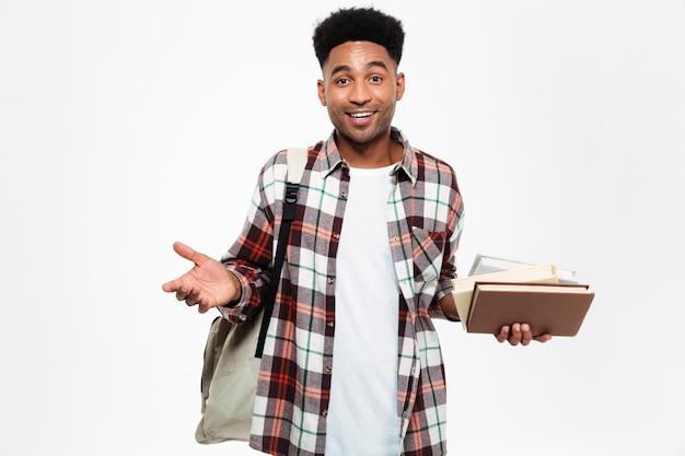 Retrato de um jovem estudante do sexo masculino africano sorridente