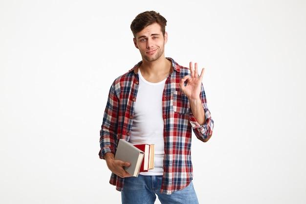 Retrato de um jovem estudante do sexo masculino casual
