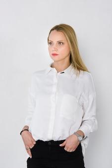 Retrato, de, um, jovem, executiva, com, mãos bolsos, isolado, branco, fundo