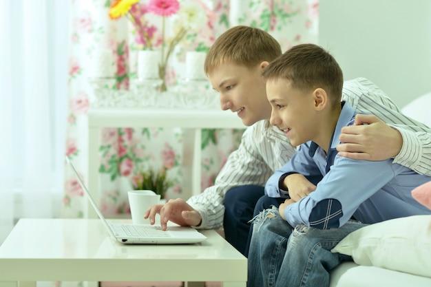 Retrato de um jovem feliz e um laptop