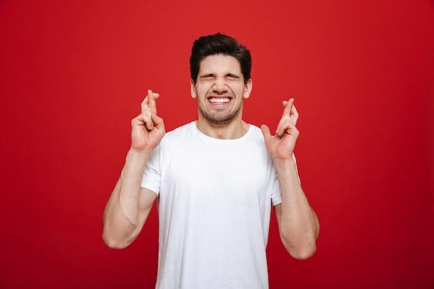 Retrato de um jovem feliz em camiseta branca
