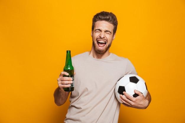Retrato de um jovem feliz segurando uma garrafa de cerveja