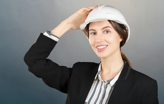 Retrato, de, um, jovem, femininas, engenheiro, desgastar, um, capacete segurança, em, local trabalho