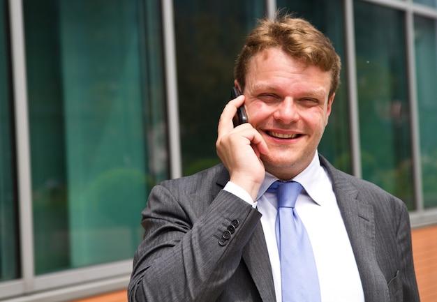 Retrato, de, um, jovem, homem negócios, conversa telefone