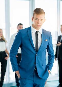 Retrato, de, um, jovem, homem negócios fica, em, escritório