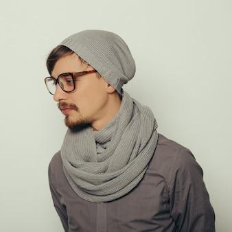 Retrato de um jovem interessante em roupas de inverno