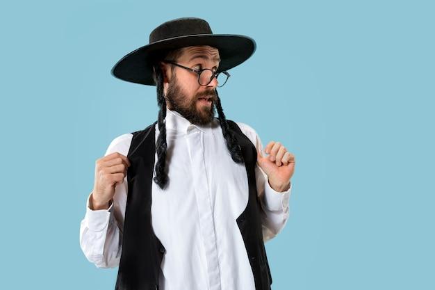 Retrato de um jovem judeu ortodoxo durante o festival de purim. férias, celebração, judaísmo, conceito de religião. emoções humanas