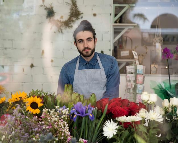 Retrato, de, um, jovem, macho, floricultor, em, avental, com, bonito, flores