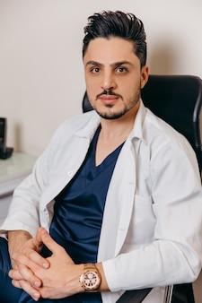 Retrato de um jovem médico árabe ou turco de jaleco branco