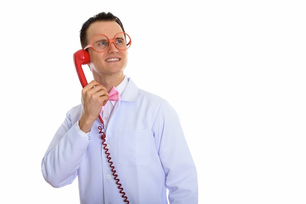 Retrato de um jovem médico louco usando um telefone antigo