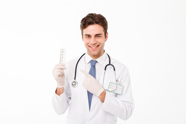 Retrato de um jovem médico masculino feliz com estetoscópio