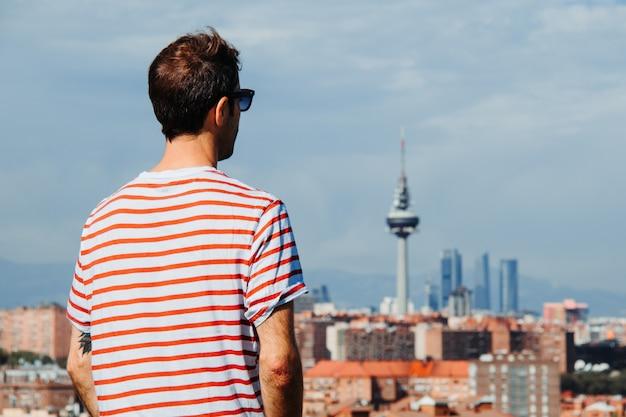 Retrato de um jovem moderno na cidade