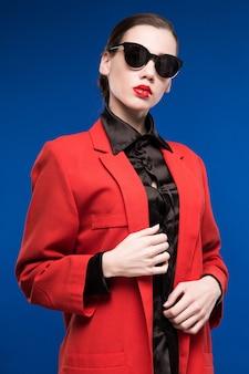 Retrato, de, um, jovem, morena, em, um, casaco vermelho