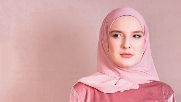 Retrato, de, um, jovem, muçulmano, mulher olha, afastado
