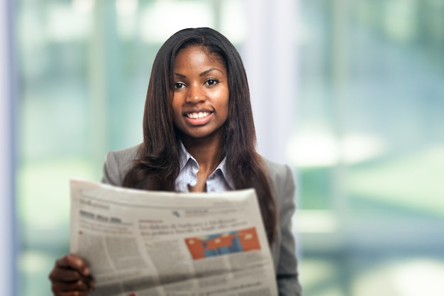 Retrato, de, um, jovem, mulher negócio, lendo um jornal
