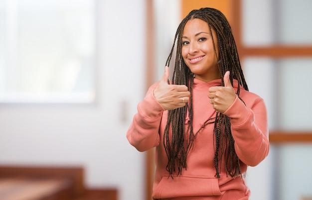 Retrato, de, um, jovem, mulher preta, desgastar, tranças, alegre, e, excitado