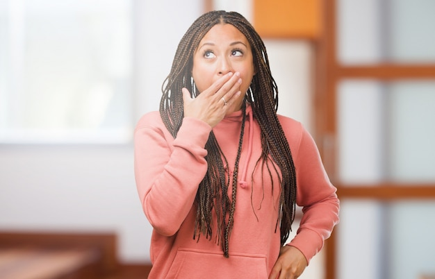 Retrato, de, um, jovem, mulher preta, desgastar, tranças, cobertura, boca