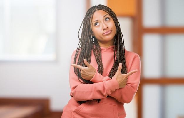 Retrato, de, um, jovem, mulher preta, desgastar, tranças, confundido, e, duvidoso, homem