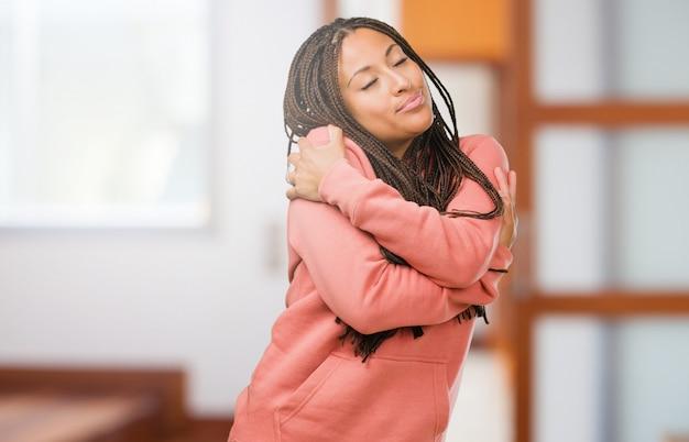 Retrato, de, um, jovem, mulher preta, desgastar, tranças, orgulhoso, e, confiante, apontar dedos
