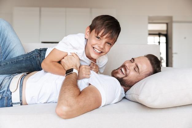 Retrato de um jovem pai alegre e seu filho