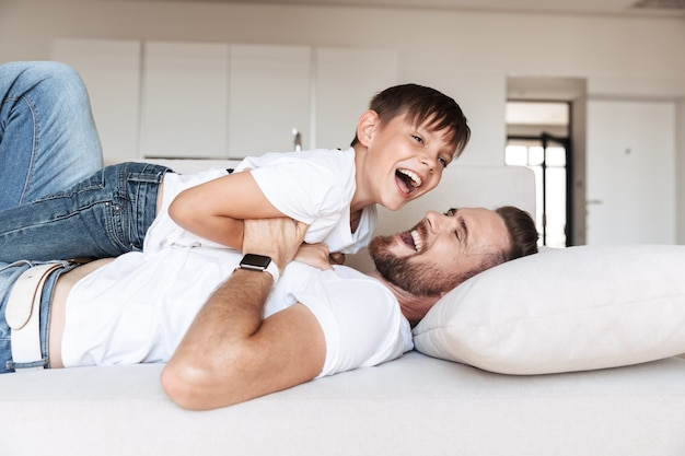 Retrato de um jovem pai animado e seu filho