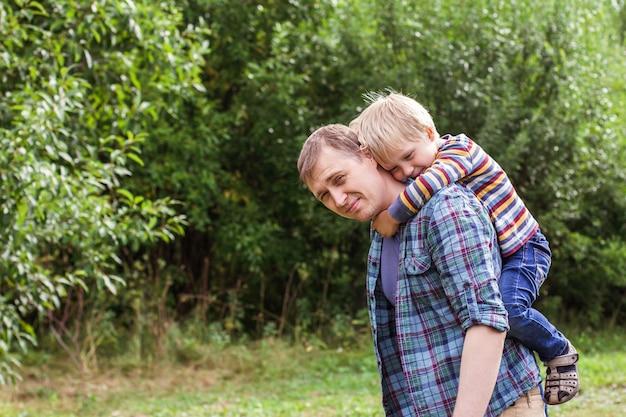 Retrato de um jovem pai e filho olhando para a câmera