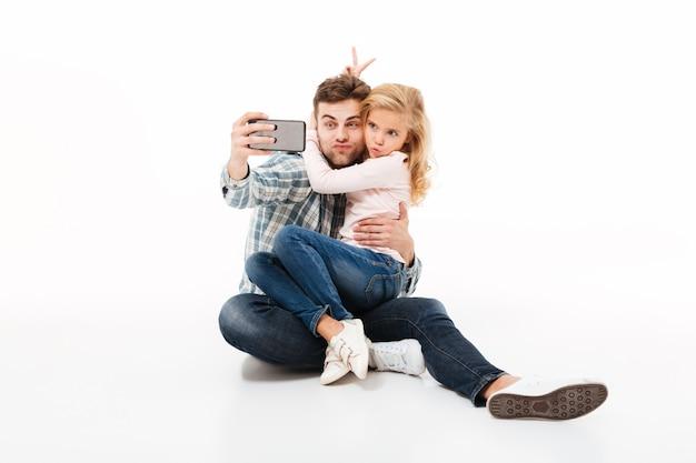 Retrato de um jovem pai e sua filha pequena