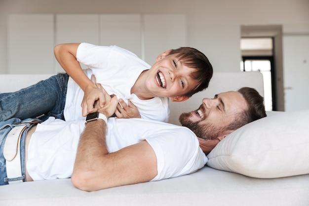 Retrato de um jovem pai feliz e seu filho