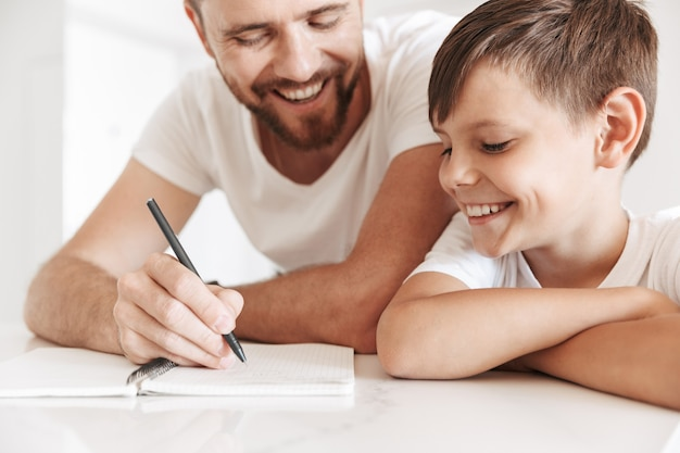 Retrato de um jovem pai sorridente e seu filho