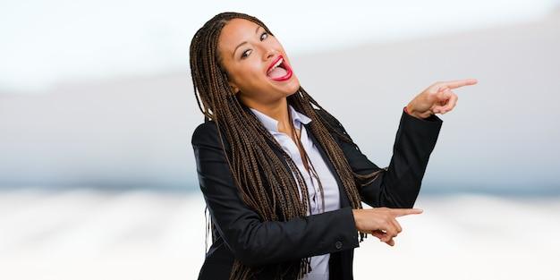 Retrato, de, um, jovem, pretas, mulher negócio, apontar ao lado