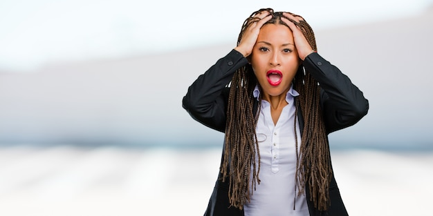Retrato, de, um, jovem, pretas, mulher negócio, frustrado, e, desesperado, zangado, e, triste, com, mãos cabeça