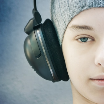 Retrato de um jovem rapaz com fones de ouvido