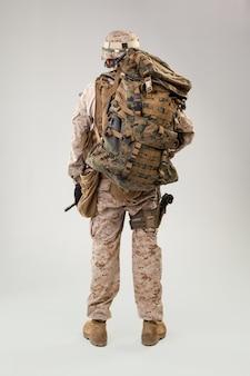 Retrato de um jovem soldado americano do corpo de fuzileiros navais dos eua