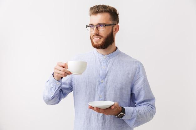 Retrato de um jovem sorridente e barbudo em óculos