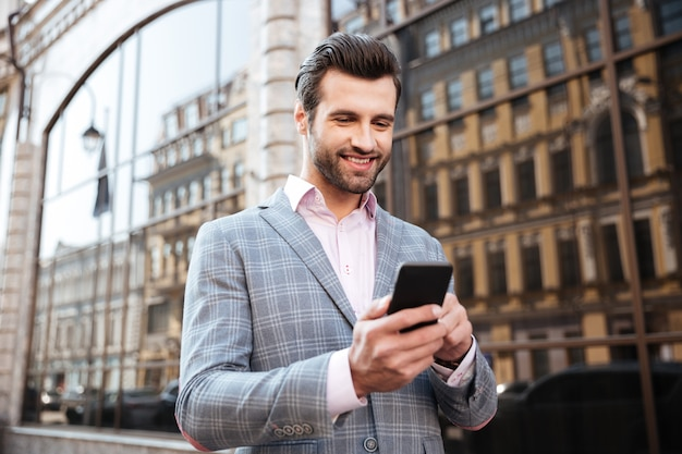 Retrato de um jovem sorridente na jaqueta