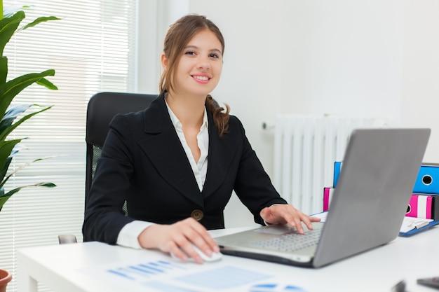 Retrato, de, um, jovem, sorrindo, executiva, usando, dela, computador