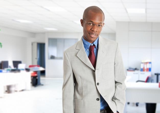 Retrato, de, um, jovem, sorrindo, homem negócios
