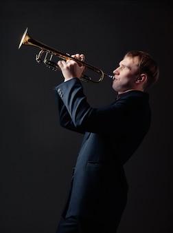 Retrato de um jovem tocando sua trombeta