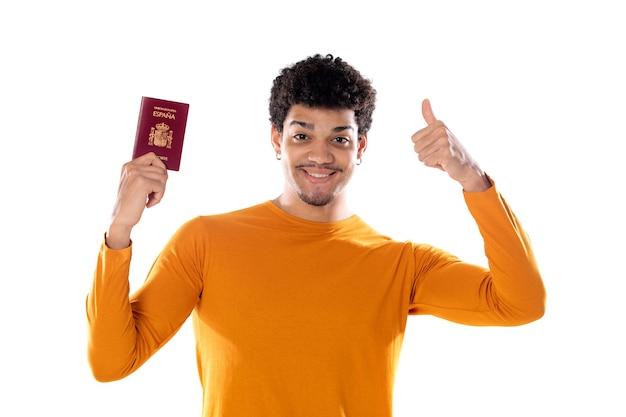 Retrato de um jovem turista africano feliz mostrando o passaporte pronto para as férias
