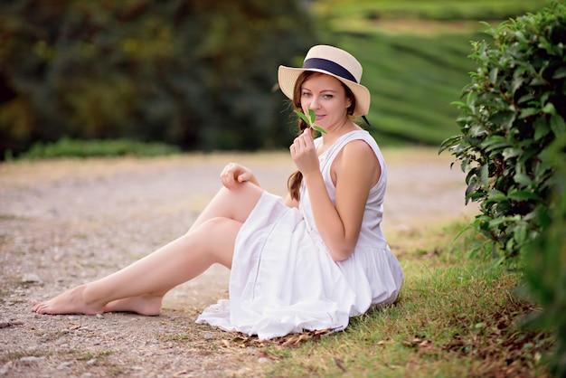 Retrato de um jovem viajante em um campo de chá, desfrutando de plantações de chá