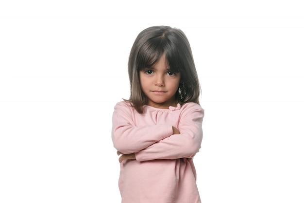 Retrato de um levantamento moreno pequeno da menina isolado.